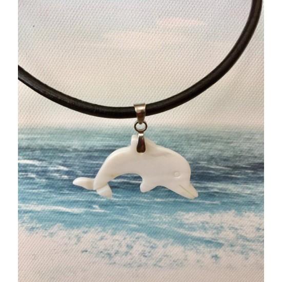 Collier court en cuir avec dauphin blanc en coquillage