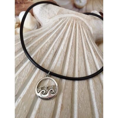 Collier court en  cuir avec pendentif en métal avec vagues